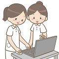 パソコンを見る女性職員2人
